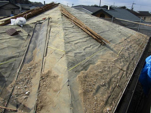 瓦を撤去し下地が見えた状態の屋根