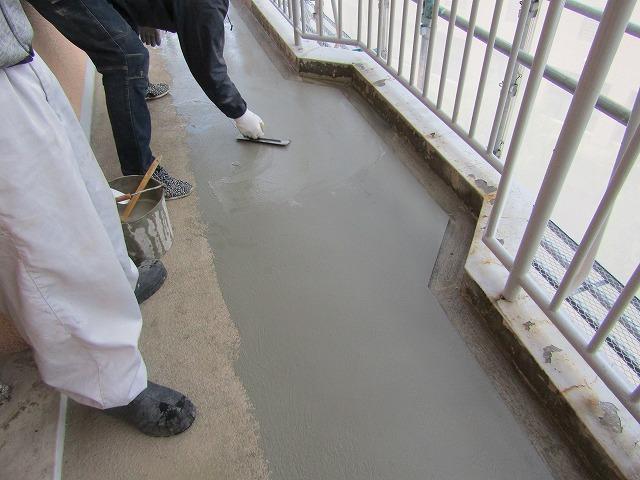 職人さん 防水工事施工中